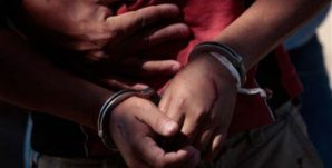 detenidos-esposas