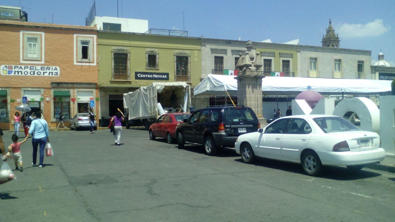 Provoca colocaci n de toldos caos vehicular en centro de for Colocacion de toldos