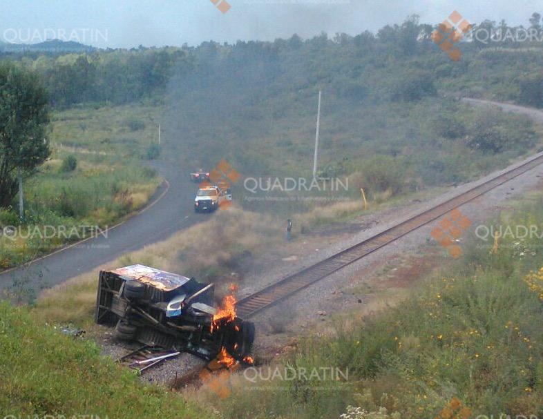 Normalistas incendian vehículo y atacan locomotora en Michoacán