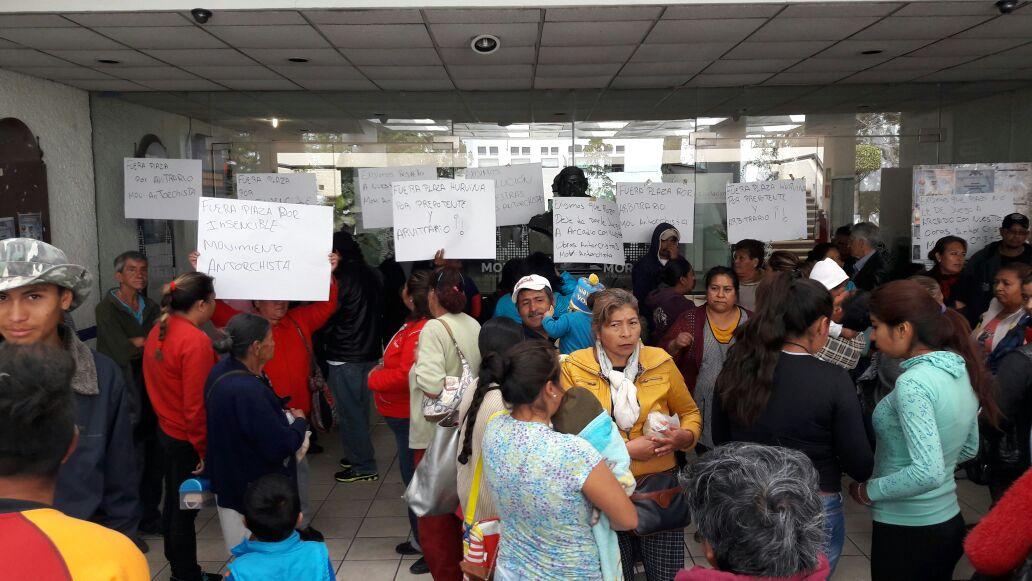 Se manifiestan en oficinas del ayuntamiento en manantiales for Oficinas del ayuntamiento