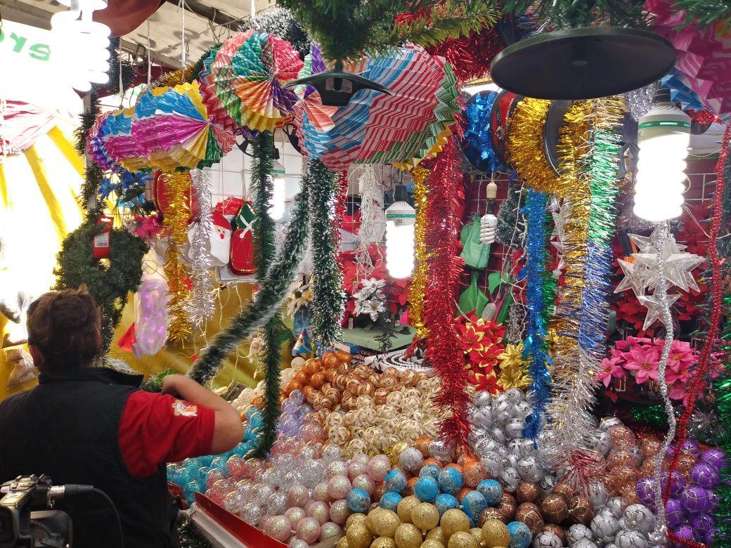 a8db2109fb9 Reportan comerciantes bajas ventas de productos navideños - Quadratín  Michoacán