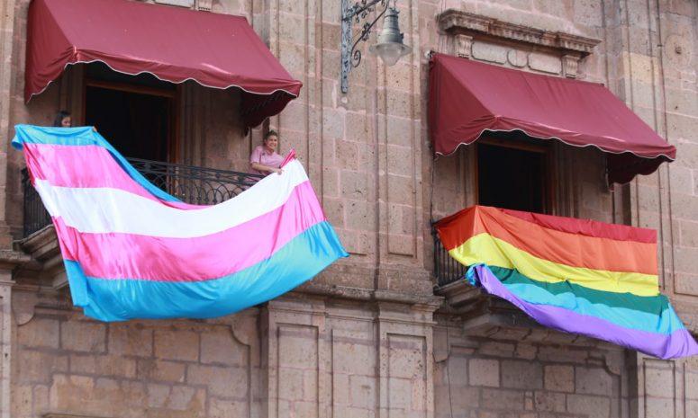 Coloca Michoacán banderas LGBTTTIQ+ en Palacio de Gobierno