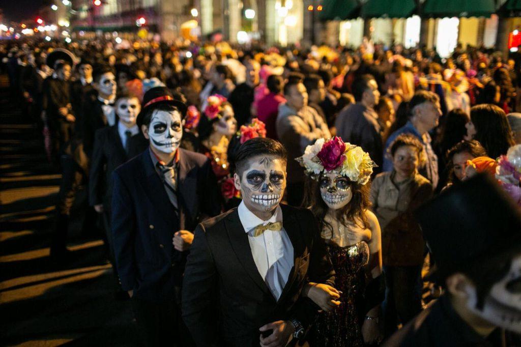 Metrobús advierte cierre de estaciones por Desfile de Día de Muertos