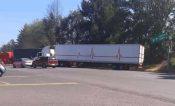 Bloquean la Uruapan-Carapan con camiones de carga