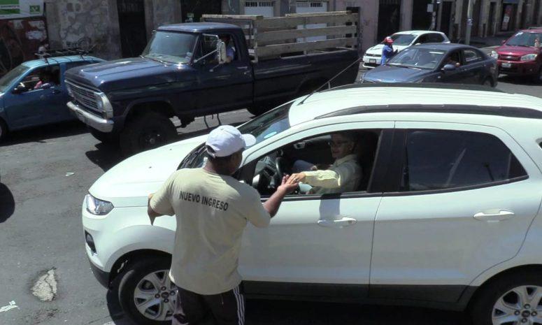 Alumno estrella se gana la vida limpiando parabrisas en Morelia